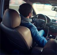 टैक्सी चलाने वाले व्यक्ति को __________ कहा जाता है